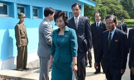Kim Song-hye (áo xanh) cùng phái đoàn Triều Tiên tại Khu Phi quân sự liên Triều tháng 9/2013. Ảnh: Reuters.