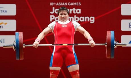 Nữ lực sĩ Triều Tiên Rim Jong-sim giành huy chương vàng môn cử tạ nữ ở hạng cân 75 kg. Ảnh: Reuters.