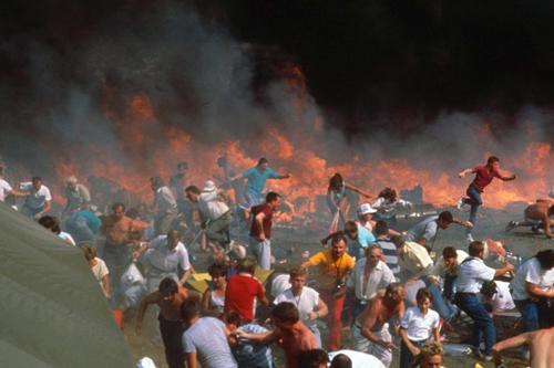 Đám đông chạy khỏi hiện trường nơi hai máy bay rơi xuống tại căn cứ không quân Ramstein. Ảnh: Alamy.