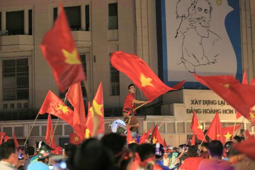 Cổ động viên ăn mừng chiến thắng của Việt Nam hôm 27/8. Ảnh: Gia Chính