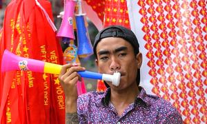 Người Sài Gòn đổ xô mua kèn cổ vũ trận Việt Nam - Hàn Quốc