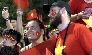 Người Tây trong lễ ăn mừng 'chưa từng thấy' sau trận thua của Việt Nam