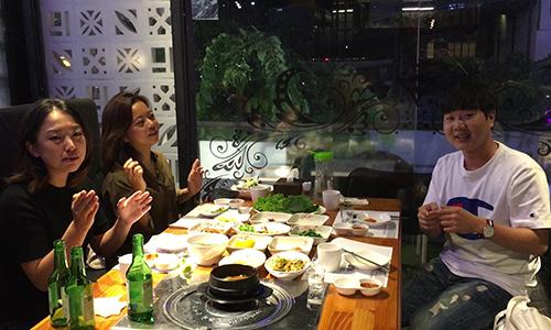 Chobin Hwang (trái, thứ hai từ ngoài vào),Jun-hee Han (phải) vàMira Yu ăn tối và trò chuyện về bóng đá tối ngày 28/8. Ảnh:Hạnh Phạm.