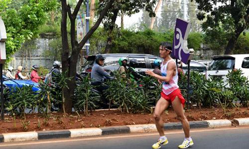 Hendro Yap, vận động viên đi bộ người Indonesia, thi đấu tại nội dung đi bộ 50 km nam trong khuôn khổ Asiad 2018 hôm 30/8. Ảnh: AFP.