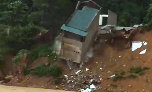 Do nằm sát bờ sông nên căn nhà bị sạt lở vào chân móng và đổ sập. Ảnh cắt từ clip.
