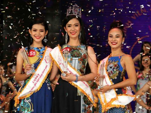 Hoa khôi cùng hai á khôi Sinh viên Việt Nam 2017 trong đêm chung kết diễn ra vào tháng 12 năm ngoái. Ảnh: BTC