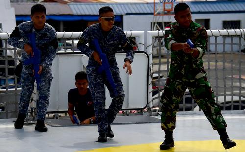 Sĩ quan Philippines (trái) và Indonesia diễn tập đổ bộ tại SEACAT 2018. Ảnh: US Navy.