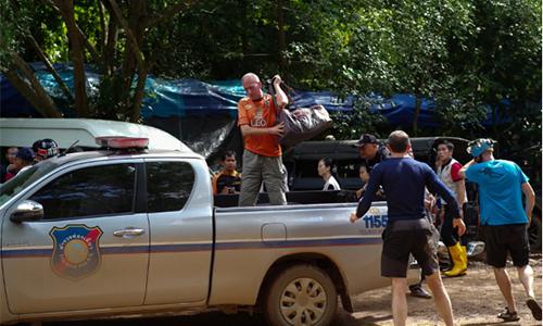 Ông Vernon Unsworth (áo cam) tại cuộc cứu hộ đội bóng Lợn Hoang, Thái Lan, hồi tháng 7. Ảnh: Telegraph