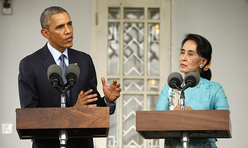Cựu tổng thống Mỹ Barack Obama (trái) và bà Aung San Suu Kyi tại một buổi họp báo ở Yangon, Myanmar vào ngày 4/11/2014. Ảnh: Reuters.