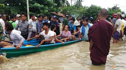 Người dân sơ tán sau khi nước lũ gây ngập lụt ở thị trấn Swar, Myanmar hôm 28/8. Ảnh: Reuters.