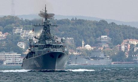 Tàu chiến Nga đi qua eo biển Bosphorus trên đường đến Biển Địa Trung Hải hôm 24/8. Ảnh: Reuters.