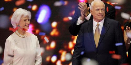 Ứng viên tổng thống John McCain và mẹ Roberta trong chiến dịch tranh cử tại thành phố St Paul, bang Minnesota năm 2008. Ảnh: AP.