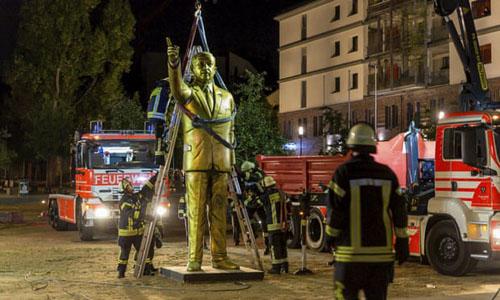 Tượng vàng Tổng thống Thổ Nhĩ Kỳ Erdogan bị lính cứu hỏa thành phố Wiesbaden, Đức di dời đêm 28/8. Ảnh: AFP.