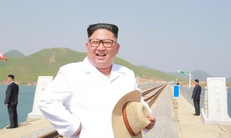Lãnh đạo Triều Tiên Kim Jong-un thị sát tuyết đường sắt nối Koam với Dapchon ở Triều Tiên hồi tháng 5. Ảnh: KCNA.