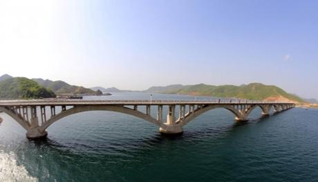 Cầu đường sắt bắc qua vịnh Sokjon thuộc tuyến Koam - Dapchon của Triều Tiên. Ảnh: KCNA.