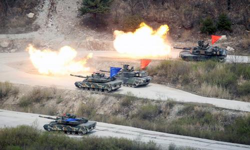 Các xe tăng của quân đội Mỹ và Hàn Quốc tập trận bắn đạn thật gần khu phi quân sự liên Triều vào ngày 21/4/2017. Ảnh: Reuters.