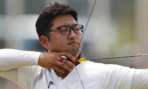 Cung thủ Hàn Quốc Kim Woo-jin thi đấu trong trận chung kết nội dung cung một dây cá nhân nam tại Asiad hôm 28/8. Ảnh: Reuters.