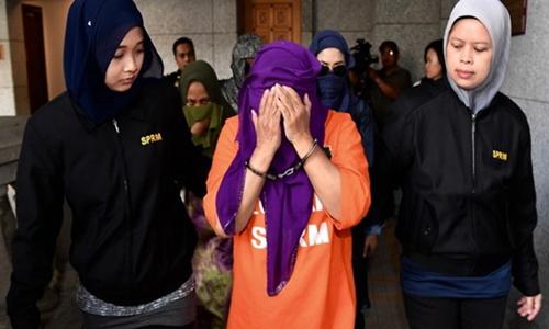 Hasanah Abdul Hamid, cựu giám đốc Tổ chức Tình báo Đối ngoại Malaysia, ra trước tòa án ở thành phố Putrajaya hôm 29/8. Ảnh: Bernama.