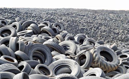 Trên thế giới không thiếu những nghĩa địa lốp xe như trong ảnh - nơi được ví là biển lốp ởSulaibiya, Kuwait. Ảnh: ExclusivePix.