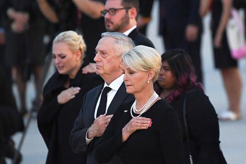 Bộ trưởng Quốc phòng Jim Mattis (giữa) cùng bà Cindy và các con gái của ông McCain tạisân bay căn cứAndrews ởMaryland hôm 30/8. Ảnh:AFP