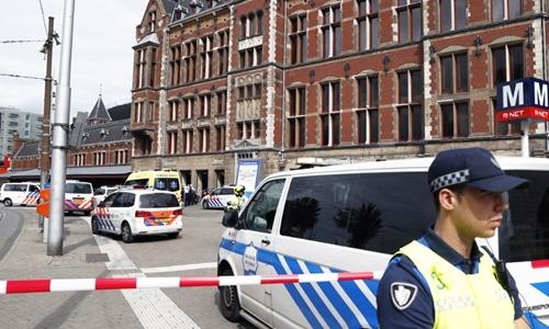 Cảnh sát đứng trướcNhà ga Trung tâm Amsterdam ngày 31/8. Ảnh: AFP.