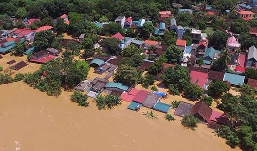 Hàng trămhộ dân ở huyện Cẩm Thuỷ bị nước lũ nhấn chìm. Ảnh: Lê Ngọt.