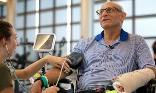 William Lytton đang được điều trị tại Bệnh viện Phục hồi Chức năng ở Boston sau khi bị cá mập cắn. Ảnh: AP.