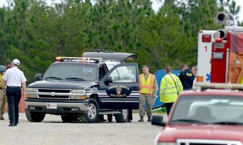 Lực lượng chức năng có mặt tại hiện trường vụ tai nạn gần căn cứ quân sự Mỹ ngày 30/8. Ảnh: AP.