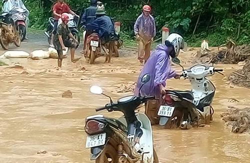 Tuyến đường 15C đi Mường Lát ngập ngụa bùn đất. Ảnh: Lam Sơn.