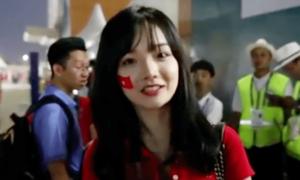 Nữ cổ động viên Việt Nam gây sốt khi trả lời phỏng vấn đài Hàn Quốc
