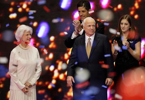 Bà Roberta cùng con trai John McCain tại Hội nghị Toàn quốc đảng Cộng hòa năm 2008. Ảnh: AP
