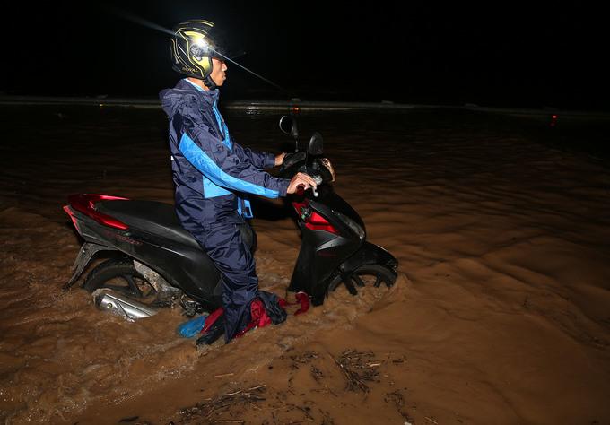 Nước lũ ngập sâu hơn một mét trên quốc lộ ở Nghệ An