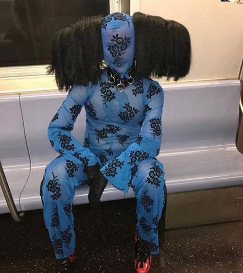 Mẹ bảo con gái ra đường phải che kỹ mặt.