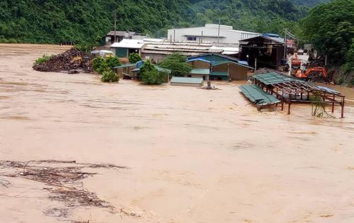 Mưa lớn cộng với hoạt động xả lũ của các thuỷ điện trên thượng nguồn sông Mã đã khiến nhiều địa phương ở Thanh Hoá bị ngập. Trong ảnh là cảnh nước ngập các xưởng sản xuất nằm ven sông Mã ở huyện Quan Hoá.Ảnh: Lam Sơn.