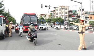 Ôtô nhồi nhét khách bị xử lý tại Hà Nội