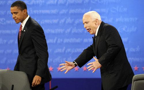 Cử chỉ của McCain (phải) trong một cuộc tranh luận trực tiếp với Obama năm 2008. Ảnh: AP.