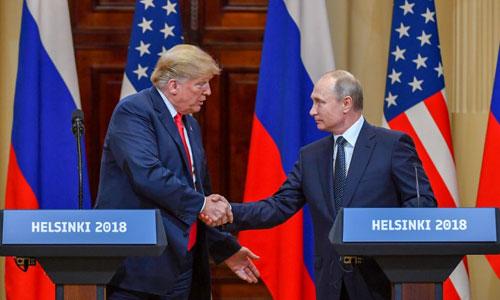 Tổng thống Mỹ Donald Trump (trái) bắt tay người đồng cấp Nga Vladimir Putin tại họp báo chung sau hội nghị thượng đỉnh ở Helsinki hồi tháng 7. Ảnh: AFP.