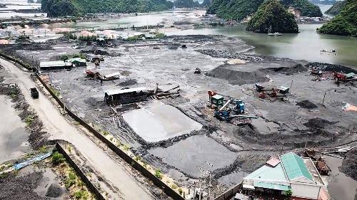 Vịnh Bái Tử Long bị lấn chiếm làm bãi tập kết than, xít. Ảnh: B.M