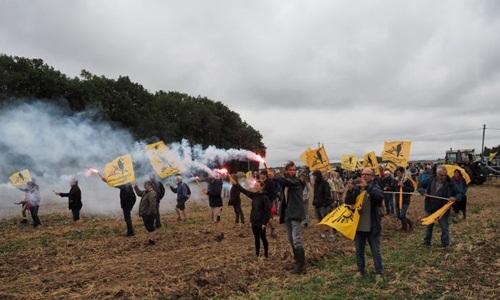 Những nông dân tham gia cuộc biểu tình phản đối bán đất cho Trung Quốc hôm 29/8 ở làng Murs. Ảnh: AFP.