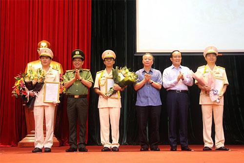 Lãnh đạo TP Hà Nội trao quyết định bổ nhiệm cho ba tân phó giám đốc công an TP. Ảnh: Thanh Sơn