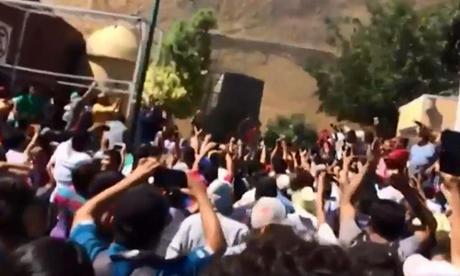 Đám đông tụ tập trước sở cảnh sát, nơi giam giữ hai nghi phạm bắt cóc trẻ em hôm 29/8. Ảnh: Televisa.news.