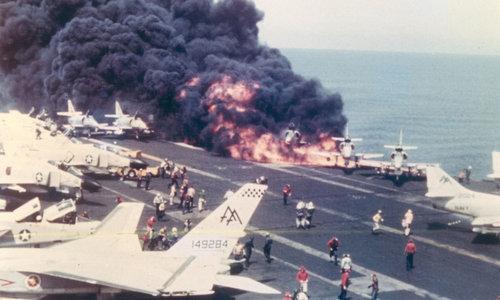 Ngọn lửa nuốt chửng chiếc A-4E sau khi trúng rocket Zuni. Ảnh: US Navy.