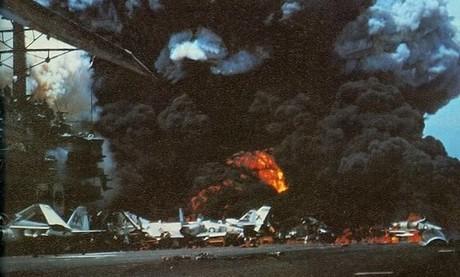 Khoảnh khắc một quả bom phát nổ trong đám cháy tàu Forrestal. Ảnh: US Navy.