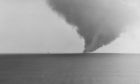 Cột khói của đám cháy USS Forrestal nhìn từ tàu sân bay USS Oriskany. Ảnh: US Navy.