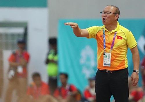 Huấn luyện viênPark Hang-seo chỉ đạo các cầu thủtrong trận đấu với Nhật Bản hôm 19/8. Ảnh: Đức Đồng.
