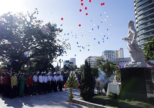 Nghi thứcthả bóng bay thể hiện ước nguyệnhoà bìnhtại thành Điện Hải sáng 31/8. Ảnh: Nguyễn Đông.