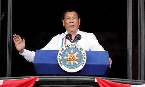 Tổng thống Rodrigo Duterte phát biểu tại lễ kỷ niệm ngày Quốc khánh Philippines hôm 12/6, tổ chức tại thành phố Kawit. Ảnh: Reuters.