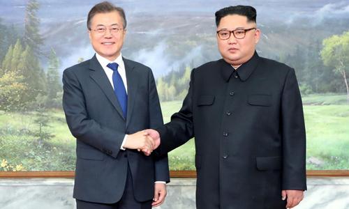 Tổng thống Hàn Quốc Moon Jae-in (trái) bắt tay lãnh đạo Triều Tiên Kim Jong-un trong cuộc họp tại làng đình chiến Panmunjom thuộc khu phi quân sự liên Triều hôm 26/5. Ảnh: Reuters.
