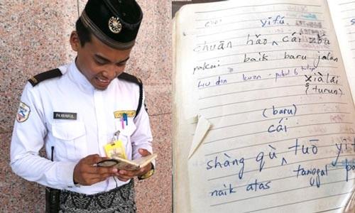 Azhar và cuốn sổ tayghi lạinhững gì học được. Ảnh:Sin Chew Daily