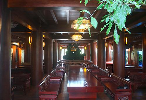 Tầng hai của ngôi nhà được bày trí bàn ghế toàn bằng gỗ. Ảnh: Đức Hùng